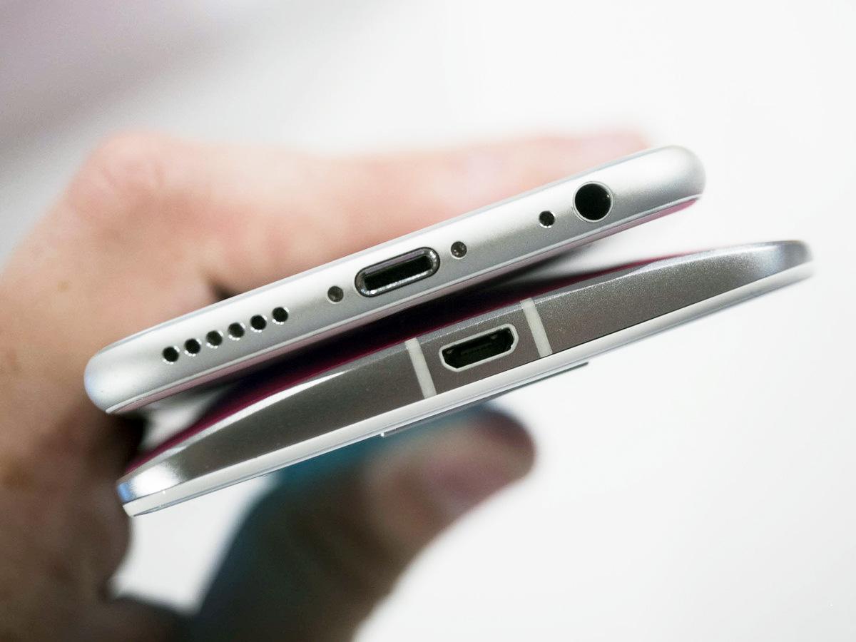 moto-x-style-vs-iphone-6-bottom
